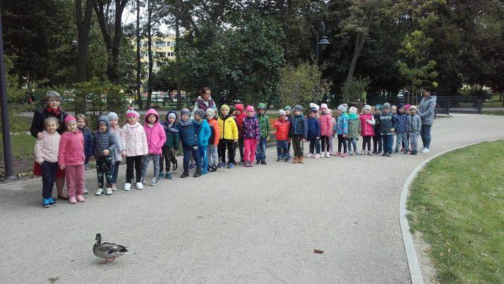 """DZIECI Z GRUPY """"SŁONECZKA"""" I """"JEŻYKI""""  W PARKU ŚWIĘTOJAŃSKIM"""